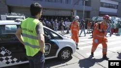 Rescatistas llegan hoy, sábado 19 de octubre de 2013, al lugar en donde al menos 35 personas resultaron heridas, cinco de ellas de gravedad, en un accidente de tren en la concurrida estación de Once
