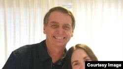 Regina Duarte, junto al presidente brasileño Jair Bolsonaro, en una imagen del Facebook de la actriz.