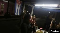 Yanexi Caballero Ramos habla con su familia usando Internet. REUTERS/Fernando Medina