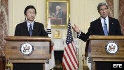 El secretario de estado de EE.UU., John Kerry (d), y el ministro de Exteriores y Comercio de la República de Corea, Yun Byung-Se (i), 2 de abril de 2013.