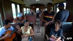 Pasajeros en un tren de Cuba.
