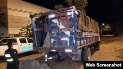 Camión coyote con extranjeros indocumentados retenido en Costa Rica.
