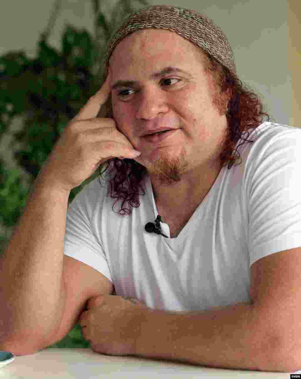 El músico cubano Kelvis Ochoa conversa con Efe en La Habana (Cuba). Artistas y escritores cubanos ven con ilusión la apertura con EEUU.