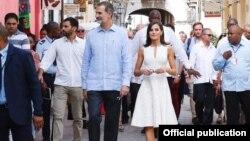 Felipe VI y doña Letizia pasean por el área restaurada de La Habana Vieja. (Foto: Casa Real de España)