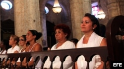 Foto de archivo. Damas de Blanco asisten a la Iglesia.