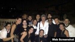 Bon Jovi junto a los empleados de la paladar La Guarida, en La Habana.