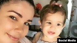 Yaima Caballero junto a su hija Paloma. (Instagram/yaima_cab)