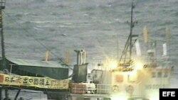 Archivo - Barco con bandera china que lleva a bordo a 25 manifestantes de Hong Kong, mientras se aproximan a las disputadas islas Senkaku, en el mar de China.