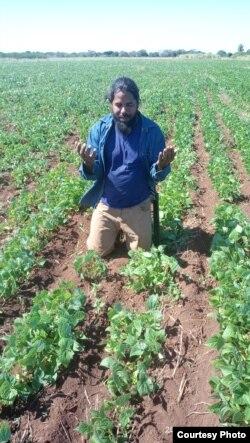 Ibar González reza por una buena cosecha de frijoles.