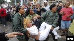 Agentes cubanos empujan, arrastran y suben a un autobús a Damas de Blanco.