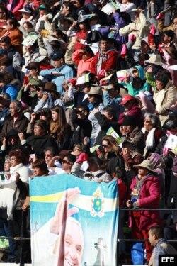 Miles de personas escuchan el mensaje del Papa Francisco en la explanada del Zócalo.