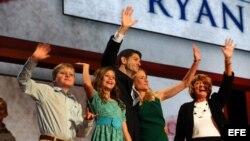 El candidato republicano a la vicepresidencia Paul Ryan con su esposa Jenna (2-d), sus hijos Elizabeth (2-i), Charles (i) y su madre Elizabeth (d) saludan a los delegados en la Convención Republicana en Tampa. E.UU.). EFE/Jim Lo Scalzo