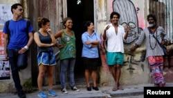 """Luis Manuel Otero Alcántara (2do de der. a izq.) junto a los organizadores de la """"00Biennal"""" en una foto tomada en mayo de 2018. REUTERS/Alexandre Meneghini"""