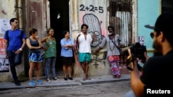 """Luis Manuel Otero Alcántara junto a los organizadores de la """"00Biennal"""" en una foto tomada en mayo de 2018. REUTERS/Alexandre Meneghini"""
