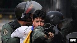 Enfrentamientos entre manifestantes opositores y Guardia Nacional Bolivariana.