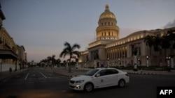 Una patrulla de la policía en La Habana. YAMIL LAGE / AFP