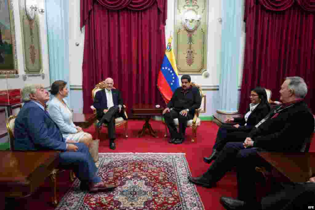 El expresidente de Colombia Andrés Pastrana (3i) se reúne con el presidente de Venezuela Nicolás Maduro (3d) hoy, sábado 5 de diciembre de 2015, en el Palacio de Miraflores en la ciudad de Caracas.
