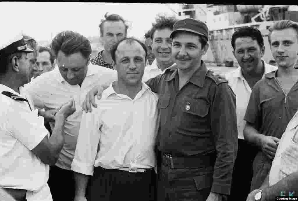 Abrazo de Castro a los marinos soviéticos.