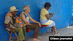 Personas de la tercera edad son las que peor la pasan en Cuba