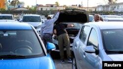 Potenciales compradores de autos inspeccionan un automóvil en La Habana, Cuba, el 25 de febrero del 2020.