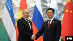 El presidente chino, Hu Jintao (d), recibe a su homólogo ruso, Vladimir Putin, al comienzo de la cumbre de la Organización de Cooperación de Shanghái (OCS).EFE/Alexey Druzhinyn/ Ria Novosti.