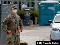 Un miembro de la Guardia Nacional custodia uno de los accesos al Marlin Stadium, donde se realizan pruebas de coronavirus.
