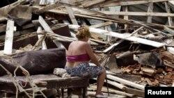 Una mujer observa los restos de su casa completamente destruida por el huracán Charley, en Playa Baracoa, en agosto de 2004. (Archivo)