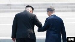 Moon Jae-in recibe a Kim Jong-un con una ceremonia de bienvenida en frontera.