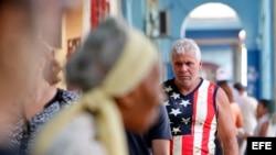 Un hombre viste una camiseta con la imagen de la bandera de Estados Unidos hoy, martes 8 de noviembre del 2016, en La Habana (Cuba).
