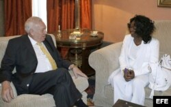 García-Margallo (I), durante una reunión con la líder de las Damas de Blanco, Berta soler.