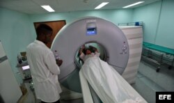 Una paciente es sometida a una tomografía axial computarizada en el Instituto de Cardiología y Cirugía Cardiovasculares de La Habana.