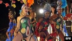 ARCHIVO. Un grupo de mujeres baila en una carroza en los Carnavales de Santiago de Cuba.