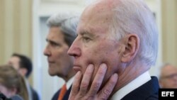 El vicepresidente Joe Biden (d) al lado del secretario estadounidense de Estado, John Kerry.