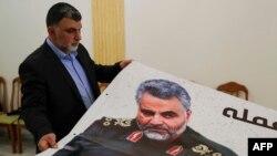 Un empleado de la Embajada de Irán en el Líbano prepara un cartel el viernes con la imagen del general Qassem Soleimani (Anwar Amro/AFP).