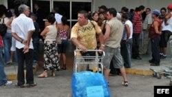 Ciudadanos cubanos reciben a sus familiares residentes en Estados Unidos.