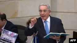 El senador Álvaro Uribe Vélez hace un gesto durante una sesión plenaria sobre la presentación de objeciones por parte del gobierno a la Jurisdicción Especial para la Paz, en el Congreso Nacional en Bogotá, Bogotá, Colombia, el 30 de abril de 2019.