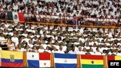 Miles de médicos y estudiantes de medicina en Cuba.