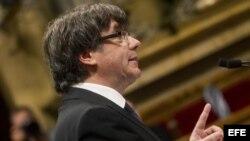 """El presidente de la Generalitat, Carles Puigdemont, durante su comparecencia hoy en el Parlament, en la que ha afirmado que asume el """"mandato del pueblo"""" para que """"Cataluña se convierta en un estado independiente en forma de república"""", pero seguidamente"""