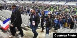 Los hinchas de la Francia y Alemania evacúan el Estadio Nacional tras los bombazos terroristas.