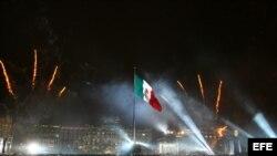 La bandera mexicana en el zócalo de Ciudad de México.