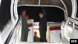 Fotografía cedida el sábado 7 de abril por el Palacio de Miraflores, en la que se observa al presidente venezolano, Hugo Chávez, dejando su país rumbo a Cuba desde Caracas (Venezuela).