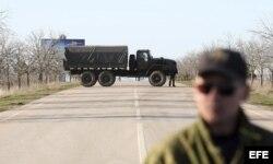 Tropas supuestamente rusas bloquean la entrada de la base de la Fuerza Naval ucraniana.