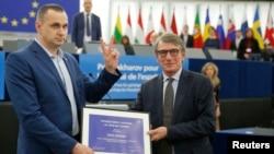 Oleg Sentsov recoge su Premio Sájarov 2018 durante una ceremonia este martes en el Parlamento Europeo en Estrasburgo, Francia.