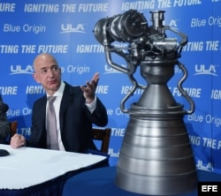 El fundador de Amazon, Jeff Bezos, participa en una rueda de prensa en el National Press Club de Washington (EE.UU.) para presentar su compañía Blue Origin.