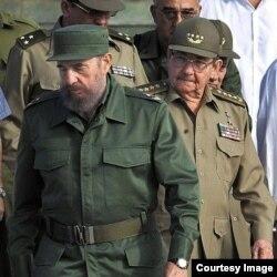 Raúl y su hermano Fidel Castro.