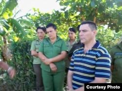 Oficial de la Seguridad del Estado Douglas Torres, en un acto de repudio a la familia de orlando Zapata Tamayo en Banes, Holguín (CIRCA, 2010). Foto cedida a la periodista Idolidia Darias.