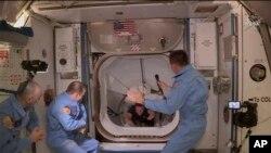 La tripulación del SpaceX Dragon hace su entrada a la Estación Espacial Internacional. (NASA via AP)
