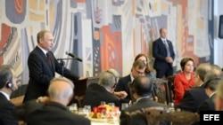 Vladimir Putin en cena con la presidenta de Brasil, Dilma Rousseff
