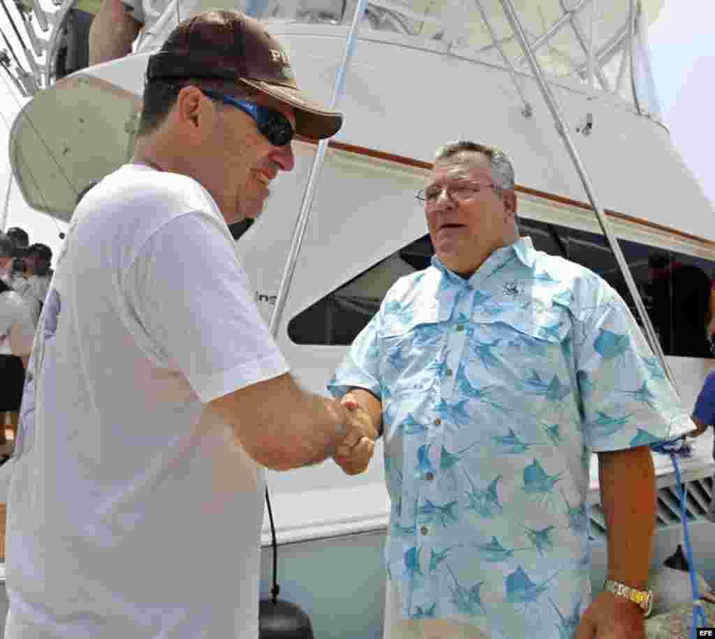 El comodoro del Club Náutico Internacional de La Habana, José Miguel Scrich (d), saluda a John Hemingway (i), a su llegada a La Habana (Cuba).