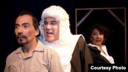 """Menéndez y Virgilio Valero, del grupo de Teatro Ensayo """"Gestus"""", de Guayaquil, montarán por primera vez en Ecuador esta obra de Piñera, considerada como la pionera del """"teatro del absurdo"""" en América Latina."""